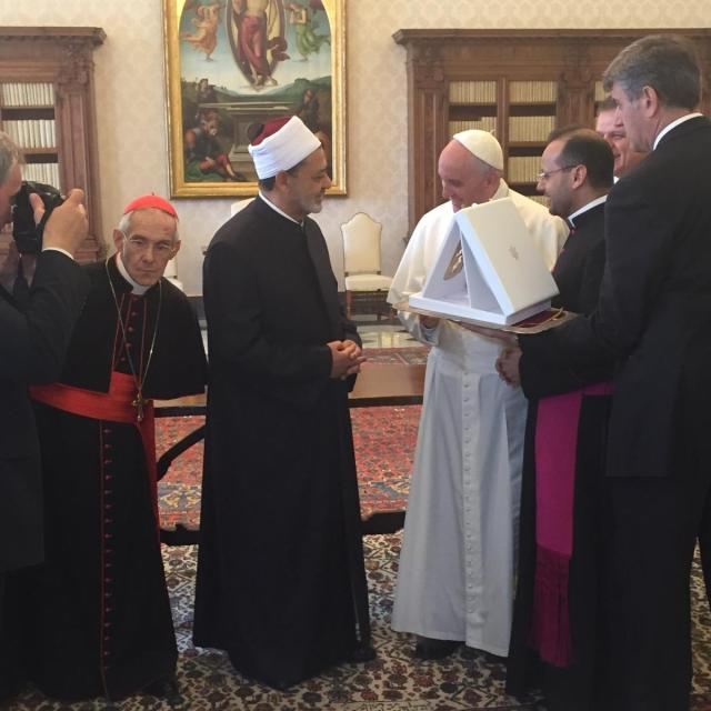 pope_gives_sheik_of_al-azhar_medallion_of_the_olive_of_peacr