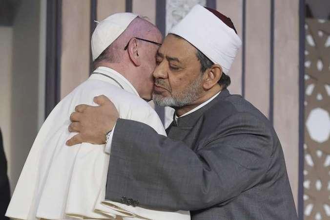 Pope_Francis_greets_the_Grand_Imam_of_al_Azhar_in_Cairo_Egypt_on_April_28_2017_Credit_LOsservatore_Romano_CNA